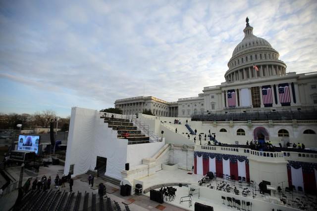 Tòa nhà Quốc hội Mỹ đang được trang trí phục vụ lễ nhậm chức của Tổng thống đắc cử Donald Trump. Sau những nghi lễ bắt buộc ngày 20/1, ông Trump sẽ trở thành Tổng thống thứ 45 của nước Mỹ.