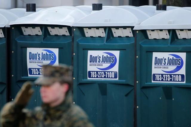 Hệ thống nhà vệ sinh di động cũng được bố trí khắp thủ đô nước Mỹ để phục vụ những nhu cầu thiết thực nhất khi đông đảo người dân và du khách tới Washington dự buổi lễ.