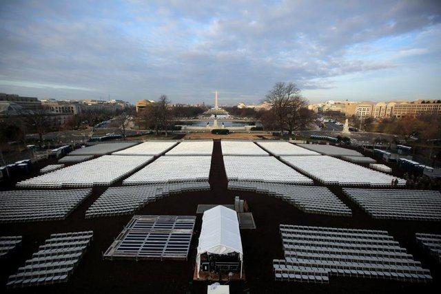 Ghế trống được xếp ngay ngắn phía trước Đài tưởng niệm Quốc gia ở thủ đô Washington, Mỹ. Theo kế hoạch, những chiếc ghế này sẽ kín người khi các quan chức, nghị sĩ và khách mời góp mặt trong lễ nhậm chức của ông Trump.