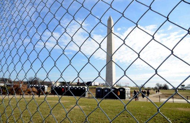 Hàng rào được dựng lên xung quanh Đài tưởng niệm Washington để đảm bảo an ninh cho lễ nhậm chức ngày 20/1. Các nhà tổ chức dự đoán khoảng 2 tới 3 triệu người sẽ tham dự sự kiện chính trị lớn nhất của nước Mỹ trong 4 năm qua.