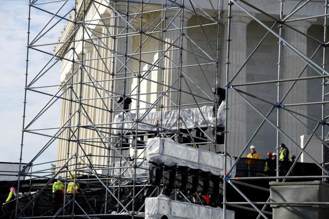 Hệ thống âm thanh, ánh sáng ở Đài tưởng niệm Lincoln đang được hoàn thiện. Chúng sẽ góp phần làm tăng sự náo nhiệt cho buổi lễ nhậm chức.