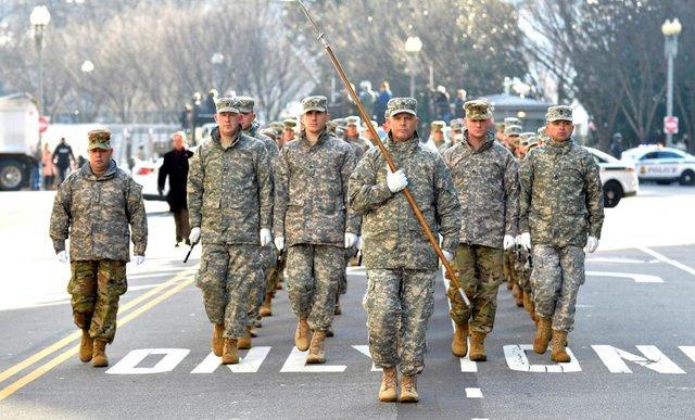 Quân đội Mỹ chuẩn bị diễu binh mừng tổng thống mới trên Đại lộ Pennsylvania, gần Nhà Trắng.