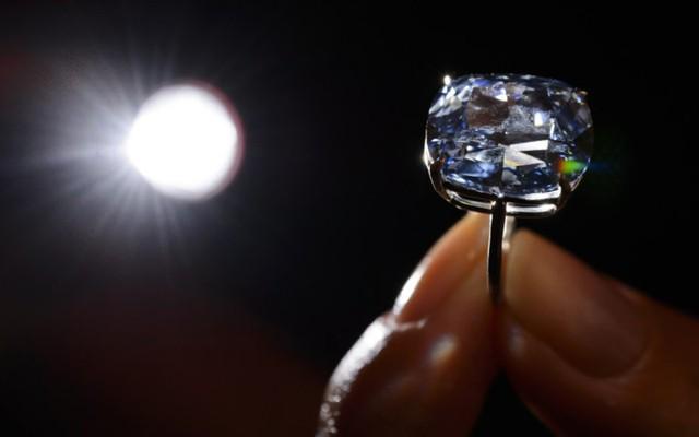 Chiếc nhẫn kim cương xanh được bán đấu giá hơn 48 triệu USD.