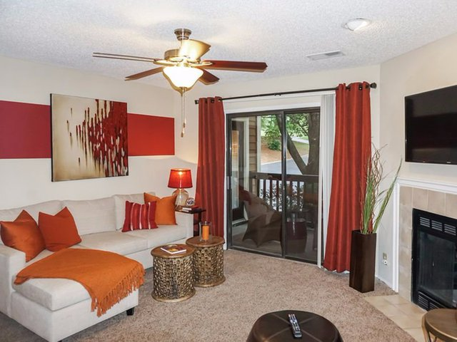 Arbors of Brentwood ở Nashville, Tennessee bao gồm những căn hộ 1 phòng ngủ và 1 nhà vệ sinh rộng rãi với đầy đủ những tiện nghi cho một gia đình. Nó sở hữu khuôn viên rộng với bể bơi ngoài trời và các sân chơi giúp đáp ứng nhu cầu của các thành viên trong gia đình.