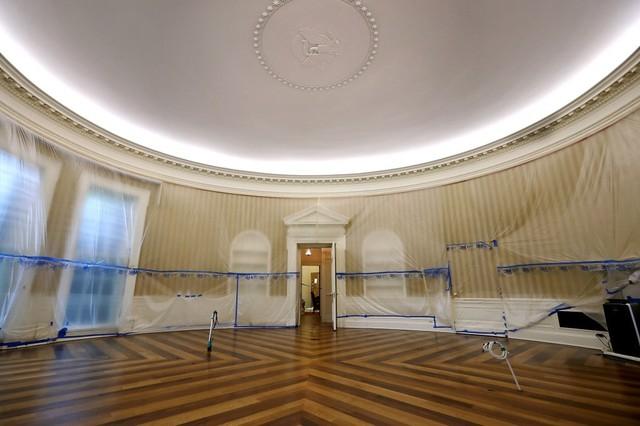 Nội thất được dọn khỏi phòng Bầu Dục, Nhà Trắng để phục vụ quá trình đại tu. Nhiều phần của căn phòng sẽ được cải tiến, bao gồm hệ thống điều hòa nhiệt độ.