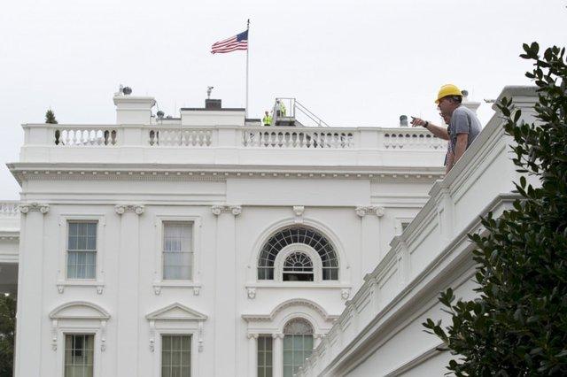 Các công nhân xây dựng cũng xuất hiện ở mái công trình biểu tượng của nước Mỹ.
