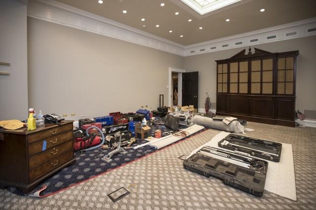 Các thiết bị được được chuẩn bị sẵn để phục vụ quá trình sửa chữa tòa nhà.