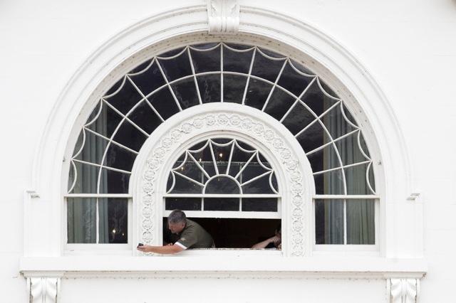 Phần mặt ngoài của những ô cửa sổ Nhà Trắng cũng được tân trang lại.