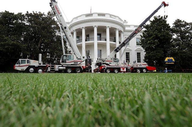 Cần cẩu xây dựng xuất hiện bên trong sân Nhà Trắng để hỗ trợ quá trình sửa chữa, nâng cấp công trình đóng vai trò là biểu tượng của nước Mỹ. Hệ thống công nghệ thông tin của Nhà Trắng cũng sẽ được nâng cấp trong lần sửa chữa này.