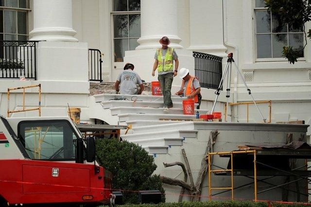 Bậc thềm Nhà Trắng được các công nhân xây dựng đập đi làm lại.