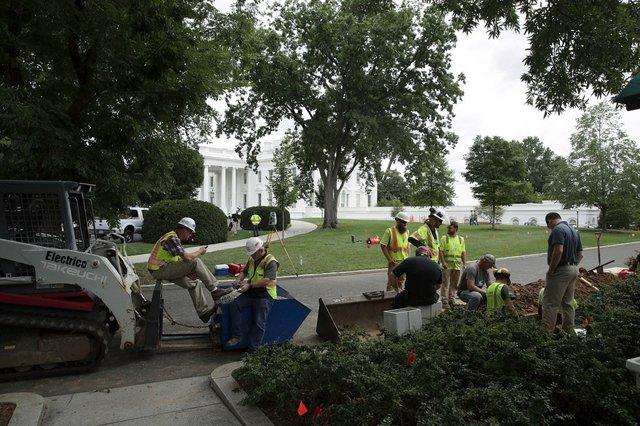 Khu vườn ở Cánh Tây cũng được đào xới để phục vụ hoạt động đại tu.