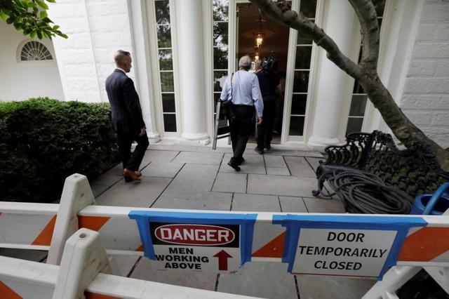 Nhà Trắng hiện tại như một công trường xây dựng. Tuy nhiên, vì Tổng thống Trump đang đi nghỉ nên việc sửa chữa không gây ảnh hưởng quá nhiều.
