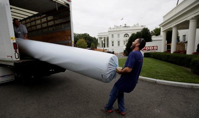 Công nhân đưa những tấm thảm mới vào Nhà Trắng.