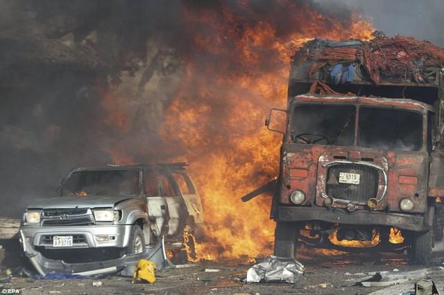 Nhà chức trách Somalia cho biết, tính tới ngày 16/10, số người thiệt mạng trong vụ tấn công ở thủ đô Mogadishu đã tăng lên 276 và chưa có dấu hiệu dừng lại. Đây được coi là vụ tấn công đơn lẻ đẫm máu nhất ở quốc gia nằm ở vùng Sừng châu Phi này. Tại hiện trường là hình ảnh đổ nát và tang thương sau khi chiếc xe chở bom phát nổ.