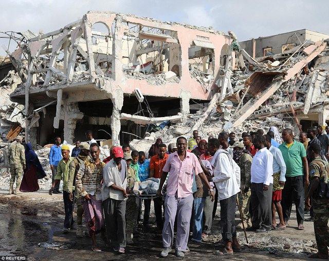 Người dân đưa thi thể một nạn nhân chưa xác định khỏi đống đổ nát. Lượng thuốc nổ khổng lồ được sử dụng khiến nhiều tòa nhà quanh đó đổ sập. Ngoài 276 người thiệt mạng, khoảng hơn 300 người khác đang được cấp cứu trong các bệnh viện.