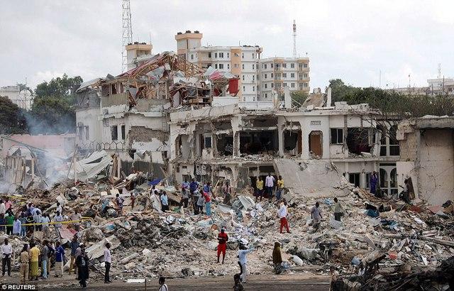 """Binh sĩ quân đội Somalia có mặt tại hiện trường. Theo nhà chức trách, al-Shabab, nhóm cực đoan liên quan tới mạng lưới khủng bố al-Qaeda, đứng sau vụ tấn công được mô tả là """"thảm họa quốc gia"""" này. Tuy nhiên, nhóm khủng bố đang sợ nhất châu Phi, thường gây ra các vụ tấn công ở thủ đô Somalia, vẫn chưa lên tiếng nhận trách nhiệm."""