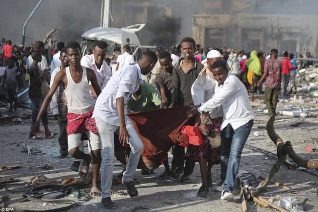 Người dân đưa thi thể các nạn nhân khỏi hiện trường vụ nổ. Tổng thống Somalia Mohamed Abdullahi Mohamed tuyên bố 3 ngày quốc tang để tưởng niệm các nạn nhân.