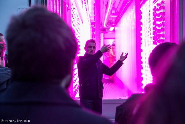 """Gọi mô hình mình đang theo đuổi là """"cuộc cách mạng thực phẩm"""", Kimbal Musk đang nỗ lực làm thay đổi phương thức sử dụng đồ ăn của mọi người. Quản lý 2 chuỗi nhà hàng, Kimbal Musk luôn sử dụng thực phẩm được chế biến theo hương vị truyền thống để phục vụ khách hàng. Từ năm 2011, chương trình phi lợi nhuận của ông đã lắp đặt cái gọi là Những khu vườn học tập ở hơn 300 trường học nhằm dạy trẻ em về nông nghiệp."""