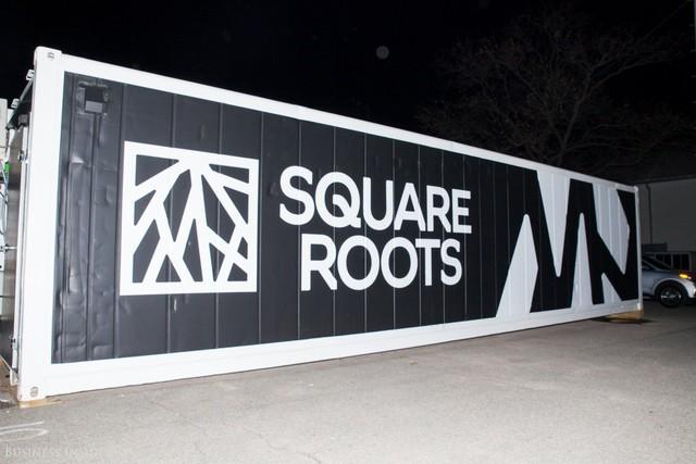 Đầu tháng 10 năm ngoái, Kimbal Musk và cộng sự ra mắt Square Roots, một nông trang nằm giữa Brooklyn, New York. Sử dụng 10 chiếc container, Kimbal Musk và đồng nghiệp tạo ra nông trang giữa lòng thành phố sầm uất.