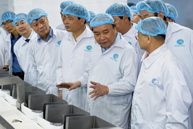 Thủ tướng đánh giá cao nỗ lực của Công ty khi trở thành đơn vị sản xuất, xuất khẩu tôm hàng đầu thế giới. Ảnh: VGP/Quang Hiếu