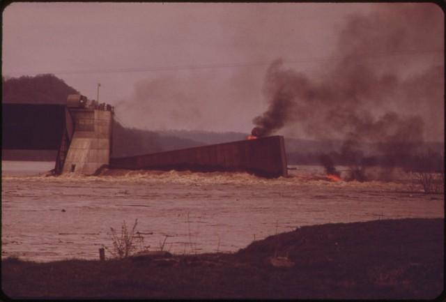 Hình ảnh cho thấy một chiếc xà lan đang cháy trên sông Ohio hồi tháng 5/1972.