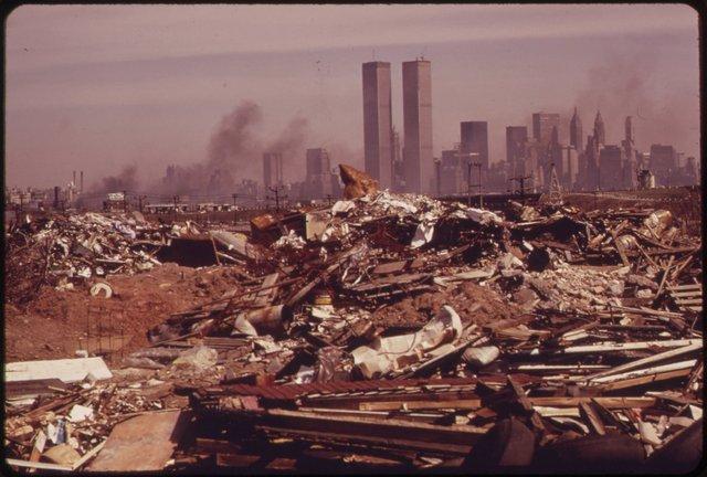 Núi rác khổng lồ phía trước Tháp đôi Trung tâm Thương mại Thế giới, công trình bị khủng bố đánh sập ngày 11/9/2001.