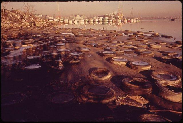 Lốp xe nằm la liệt ở cảng Baltimore. Ngày nay, việc xả rác xuống biển đã bị cấm ở Mỹ nhưng nỗ lực dọn dẹp ở cảng Baltimore vẫn đang tiếp diễn bởi những hoạt động trong quá khứ.