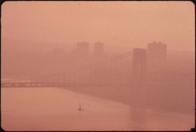 Cây cầu George Washington ở New York chìm trong màn sương mờ ảo, bắt nguồn từ tình trạng ô nhiễm do các hoạt động sản xuất gây ra.