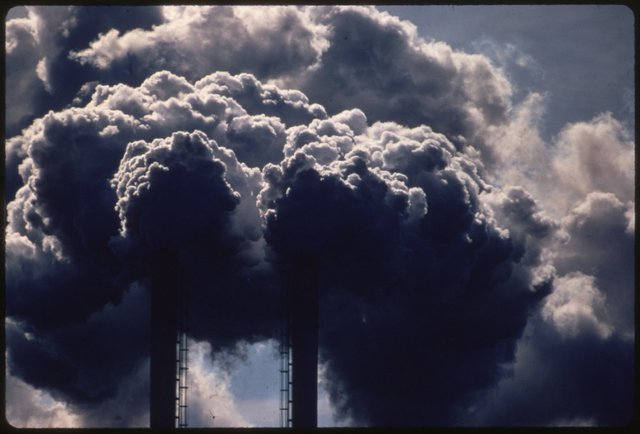 Những nhà máy thải khói lên trời trong những năm 1970, gây tình trạng ô nhiễm nghiêm trọng. Nhà máy này chuyên đốt các loại ác quy đã qua sử dụng, khiến khói thải ra vô cùng nguy hiểm với con người. Sau này, người ta buộc phải sử dụng các loại ác quy có thể tái chế cho xe hơi.