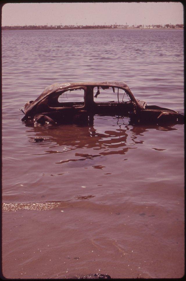 Một chiếc xe bị vứt đi nằm ở Vịnh Jamaica, New York năm 1973. Dù EPA có những quy định nghiêm ngặt về rác thải nhưng thời điểm đó, nhiều phương tiện vẫn bị vứt bỏ một cách bừa bãi.