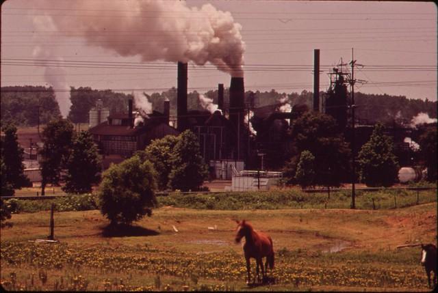 Một nhà máy hóa chất ở Marshall, Texas thải khói độc vào bầu không khi. Người dân địa phương cho biết, khói và chất hóa học từ nhà máy này thải ra đã giết chết nhiều con cừu của họ.