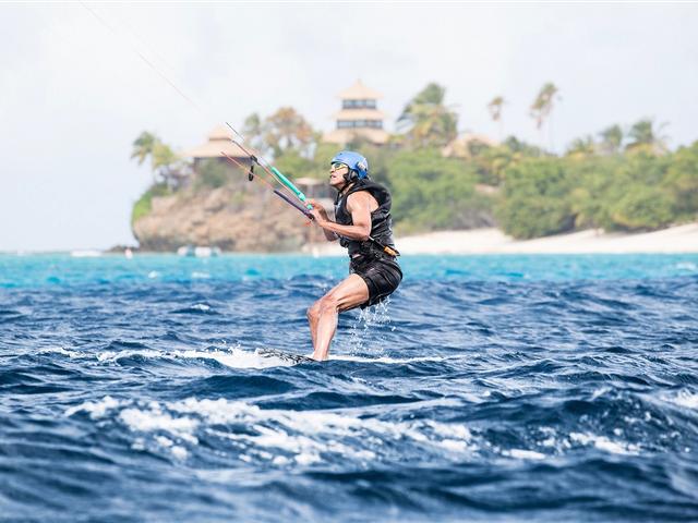 Trên blog cá nhân, tỷ phú Branson đã chia sẻ bức ảnh của cựu tổng thống Mỹ đang lướt ván diều trên đảo Moskito gần đó.