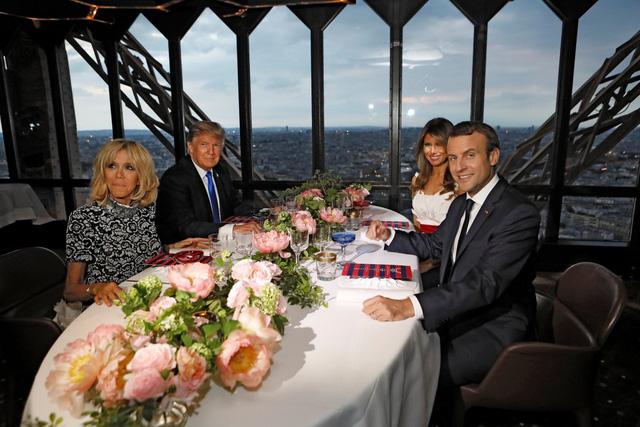 Tổng thống Trump và phu nhân Melania đặt chân xuống Paris sáng 13/7 theo lời mời của người đồng cấp Pháp để dự sự kiện Bastille Day, cuộc diễu binh quân sự có lịch sử lâu đời nhất ở Pháp. Sau cuộc gặp tối, hai gia đình quyền lực bậc nhất thế giới có bữa tiệc đặc biệt trên đỉnh tháp Eiffel. Ảnh: Reuters