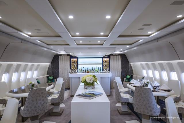 Khu vực quầy bar sang trọng phục vụ nhiều loại rượu quý hiếm ngay trên chiếc phi cơ.