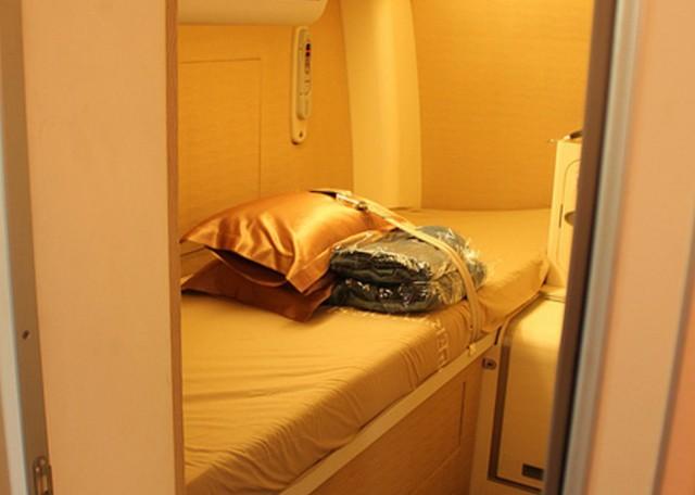 Trên máy bay Airbus A380 của Singapore Airlines, giường ngủ của phi công được thiết kế hiện đại, với những tiện nghi sang trọng và thoải mái. Với những chặng bay dài nhiều giờ, phi công cũng cần nghỉ ngơi để đảm bảo sự tỉnh táo khi điều khiển chiếc máy bay hàng trăm triệu USD cùng tính mạng hành khách và phi hành đoàn.