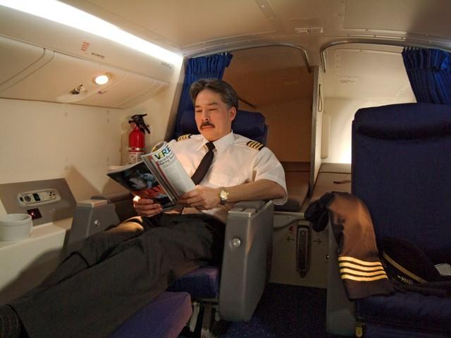Phòng nghỉ của phi công trên máy bay Boeing 777 thường được bố trí 2 ghế khoang hạng nhất và hai chiếc giường nhỏ có rèm che.