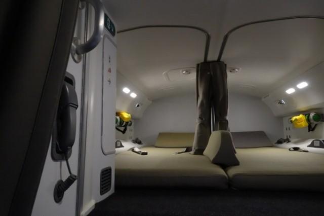 Giường của phi công nhìn khá rộng rãi và thoải mái. Nhà sản xuất cũng bố trí hệ thống cách âm để đảm bảo sự yên tĩnh. Trong khu vực này cũng có điện thoại để gọi các phi công trong trường hợp cần thiết.
