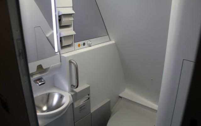 Thậm chí, trên những chiếc Airbus A380, phòng nghỉ của phi công còn có nhà vệ sinh riêng. Nó trông giống với nhà vệ sinh bên trong khoang phổ thông dành cho hành khách nhưng có thể sạch sẽ hơn vì ít được sử dụng.