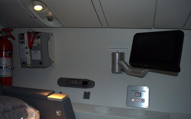 Trên chiếc Boeing 777 của hãng hàng không American Airlines, phòng nghỉ của phi công còn được bố trí một chiếc TV. Nó to hơn so với những chiếc được bố trí trong khoang ghế phổ thông của hành khách.