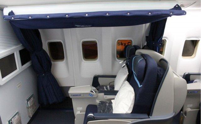 Trên chiếc Boeing 767 của hãng Condor Airlines, nơi nghỉ ngơi của phi công là những chiếc ghế riêng ở khoang hạng nhất. Nó kém thoải mái và ít riêng tư hơn so với loại phòng nghỉ riêng biệt.