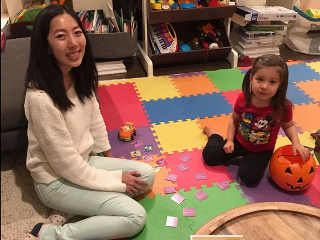 Julie Zhou thích dành thời gian sau bữa tối để chơi đùa cùng các con.