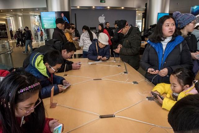 Bên trong cửa hàng Apple Store tại Bắc Kinh. Ảnh: New York Times.