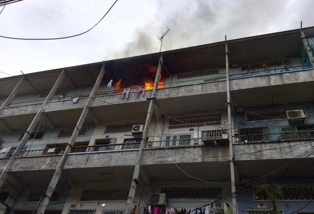 Khói lửa bốc lên dữ dội tại căn hộ ở tầng 4. Ảnh: Người dân cung cấp.