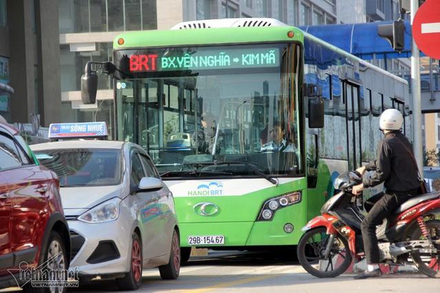 Ô tô xe máy đi vào đường dành riêng cho xe buýt nhanh