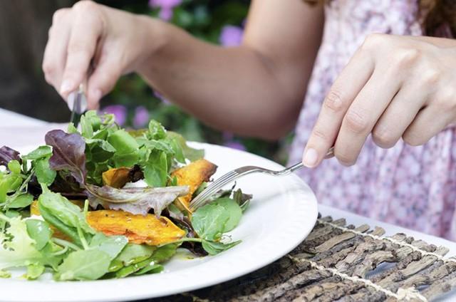 Người trưởng thành hàng ngày nên ăn từ 300 gr rau xanh, 100-200 gr hoa quả. Ảnh: Communitytable