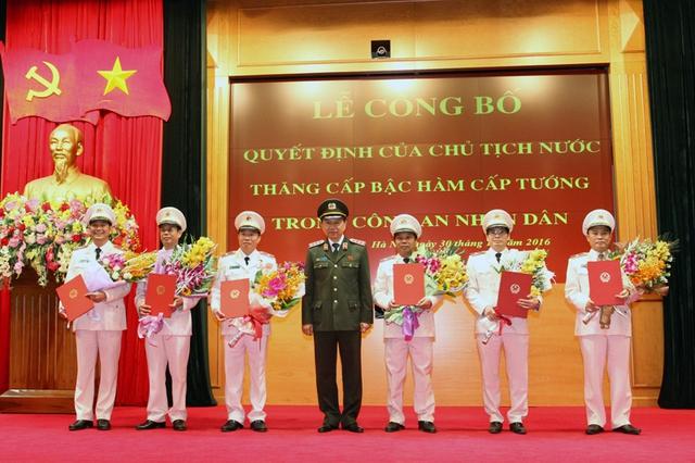 Thừa ủy quyền của Chủ tịch nước, Bộ trưởng Tô Lâm trao Quyết định của Chủ tịch nước tặng các đồng chí được thăng cấp bậc hàm cấp Tướng. Ảnh MPS
