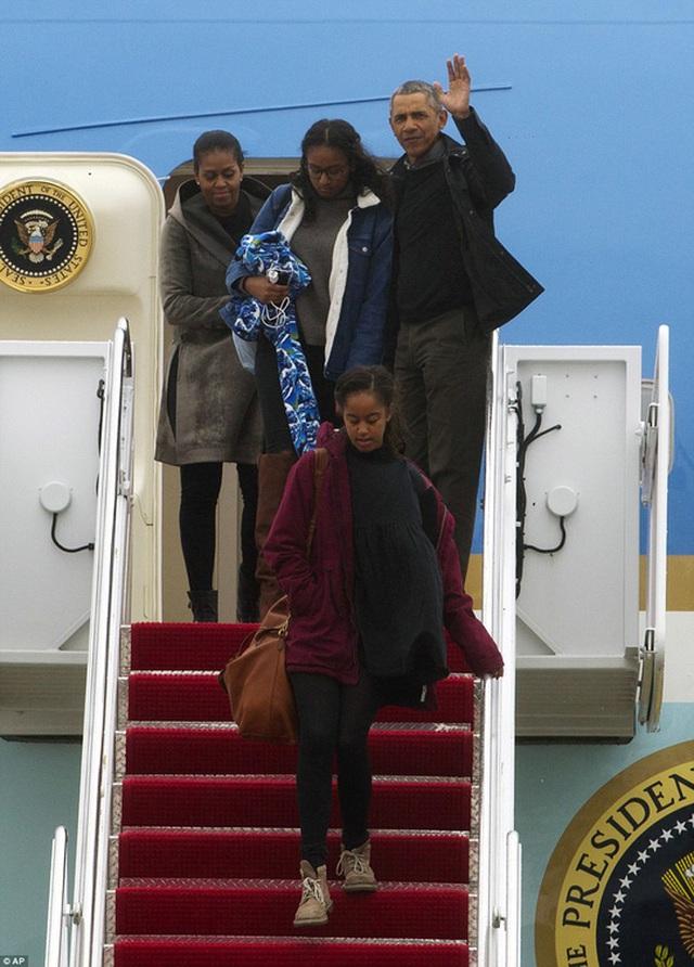 Gia đình Tổng thống Barack Obama vừa trở về từ Hawaii sau kỳ nghỉ cuối cùng trên chiếc Không lực 1. Ảnh: AP
