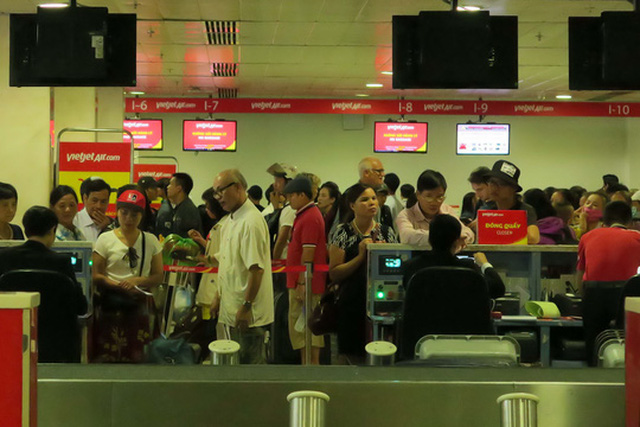 Hành khách làm thủ tục check-in tại sân bay Tân Sơn Nhất Ảnh: Hoàng Triều