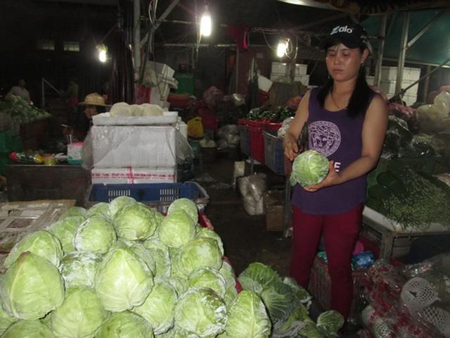 Bắp cải Trung Quốc được nhập về chợ đầu mối Hóc Môn (TP HCM) trước khi phân phối đến các chợ lẻ Ảnh: Ngọc Ánh