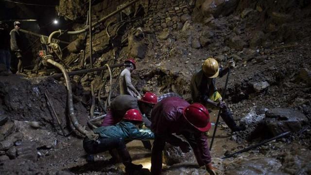 Các công nhân khai thác Ruby ở thung lũng Mogok. Ảnh: AFP.